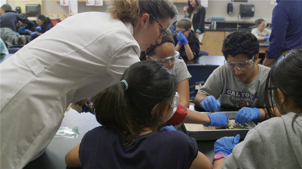 Dr. Melina Uncapher helps students with lab work